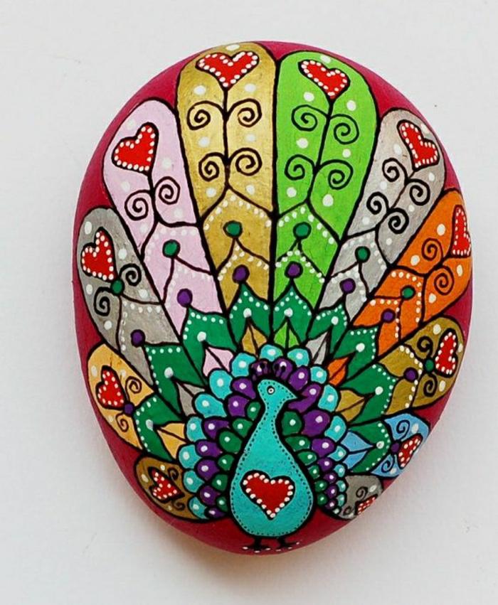 handgemalter-Stein-rote-Grundlage-Pfau-Zeichnung-schön-prachtvoll