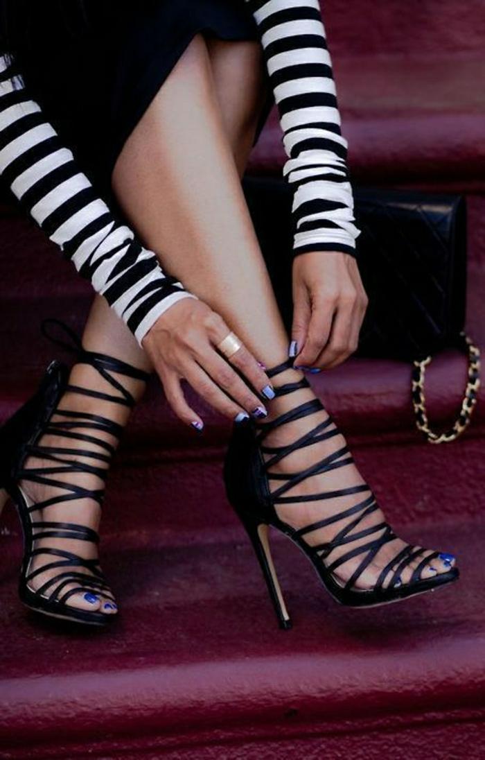 herrliche-schwarze-Sandalen-Streifen-Absatz-Bluse-Streifen-schwarzer-Rock