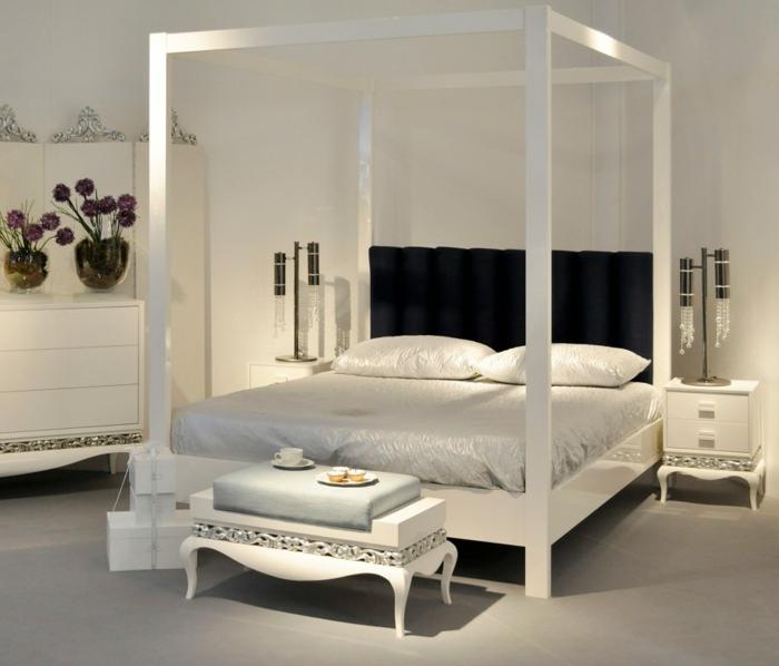 himmelbett-baldachin-weiß-und-schön-gestaltetes-zimmer