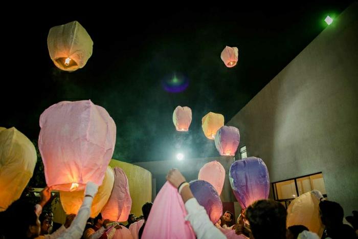 indische-Hochzeit-farbige-fliegende-Laternen-feiern