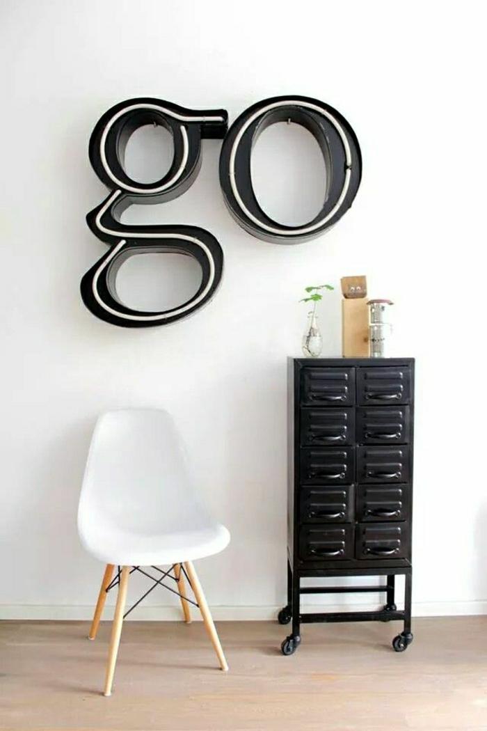 industrielle-Einrichtung-schwarzer-Schrank-Rollen-weißer-Stuhl-leuchtende-Aufschrift-Go