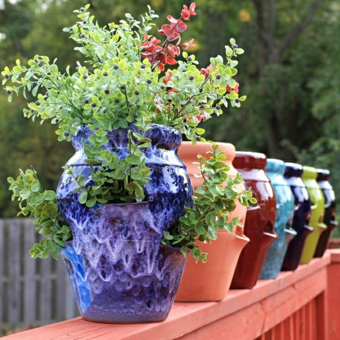 Keramik-im-Hof-Blumentöpfe-Garten-Blumen