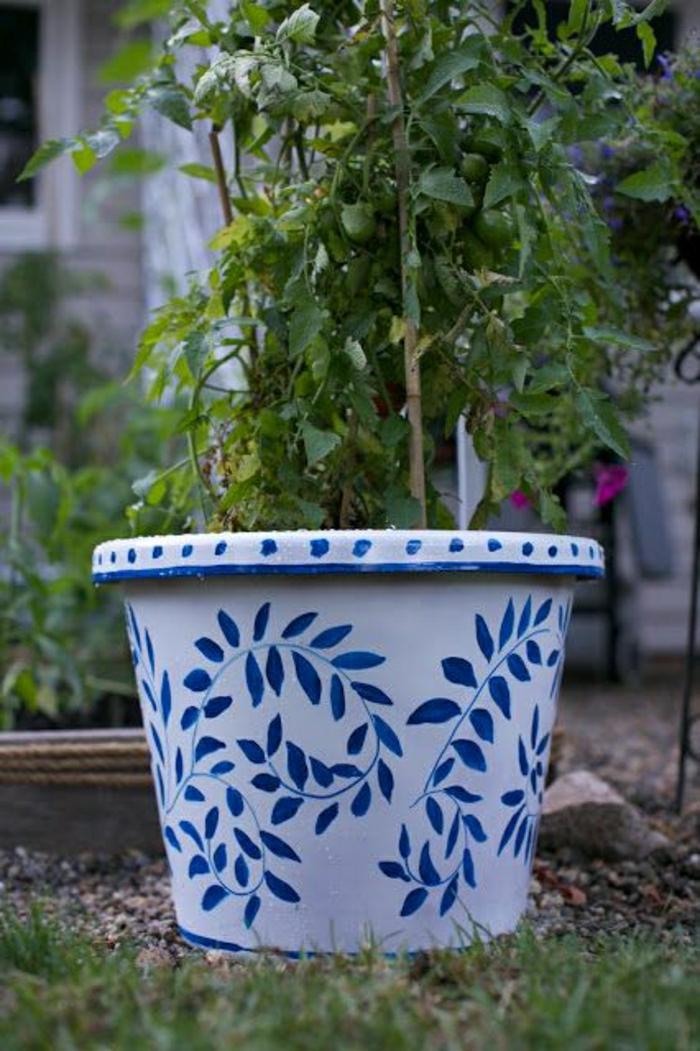 keramischer-Blumentopf-weiße-Grundlage-blaue-Zeichnungen-Blätter-Garten-Hof