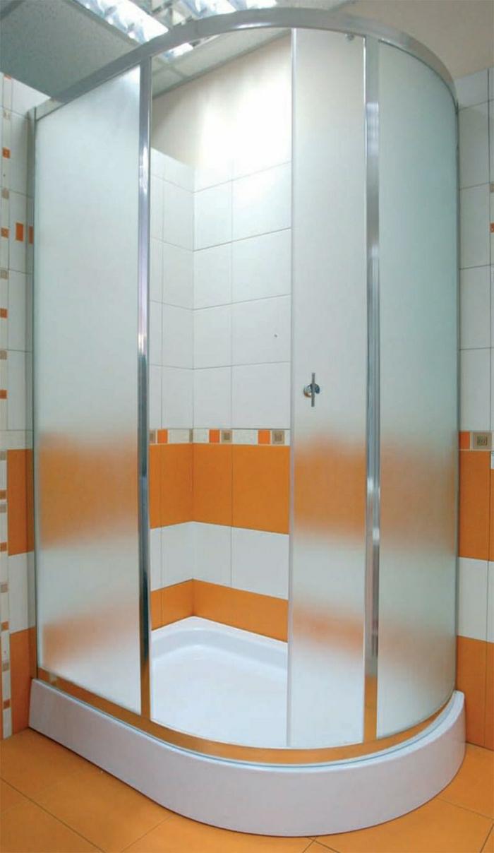 kleine-Duschabtrennung-weiß-orange-extravagant-Fliesen-mattes-Glas