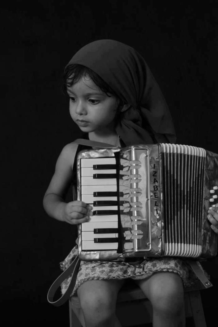 kleines-Mädchen-Akkordeon-spielend