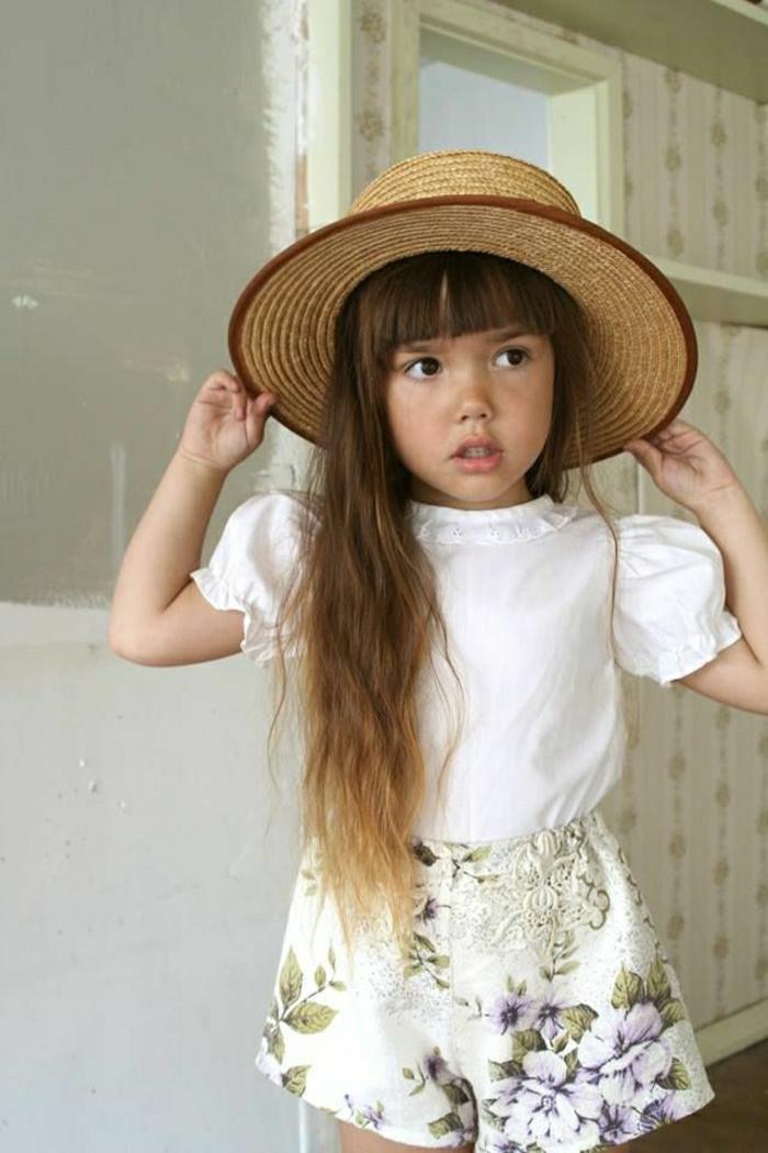 kleines-Mädchen-Strohhut-Krempe-weißes-Hemd-kurze-Hosen