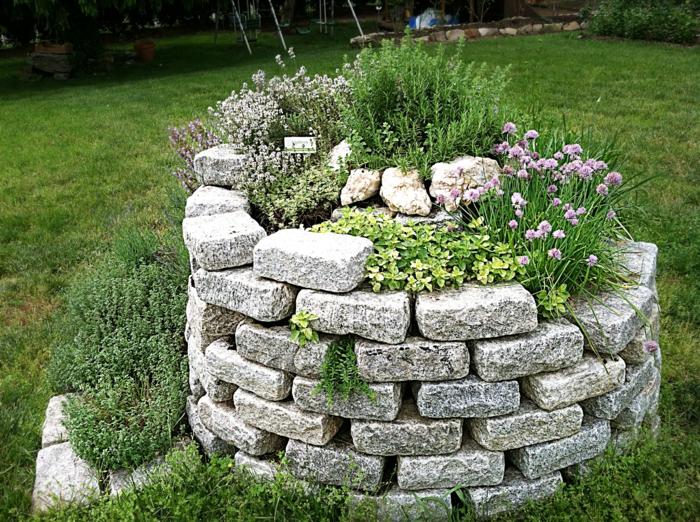 kräuterspirale-außengestaltung-mit-natursteinen