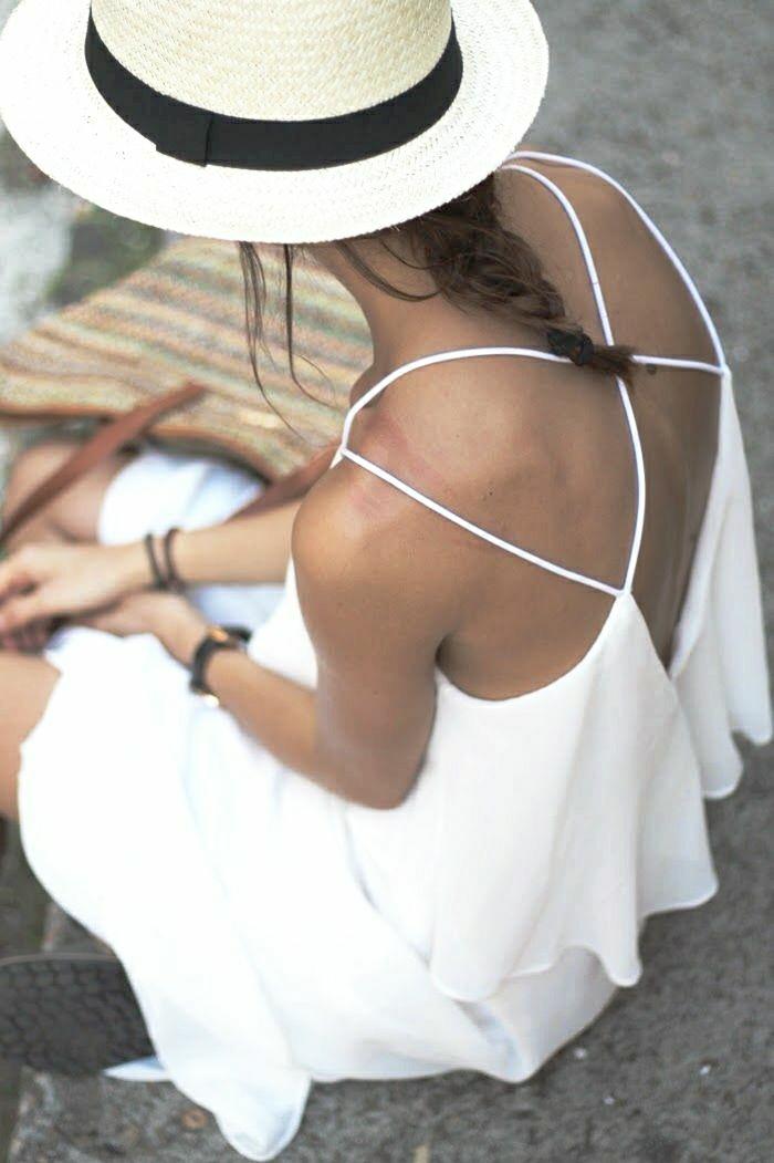 lüftendes-weißes-Sommerkleid-Rücken-gekreuzte-Träger-Zopf-Strohhut-Damen-Strohhut-schwarzes-Band-Panama-Hut