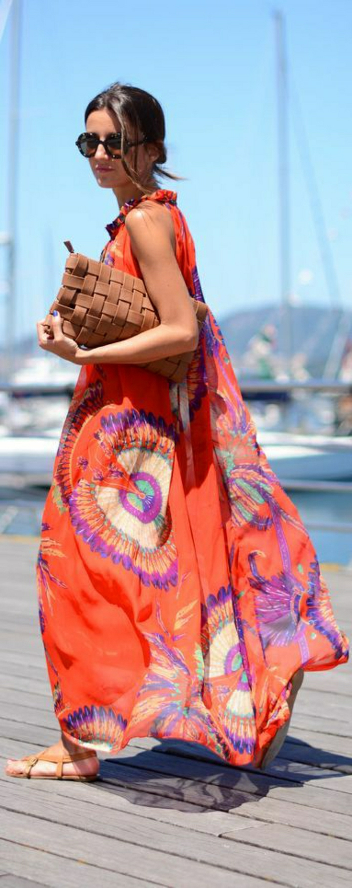 lange-Sommerkleider-lüftiges-Modell-rot-bunte-Ornamente-Clutch-Sonnenbrille