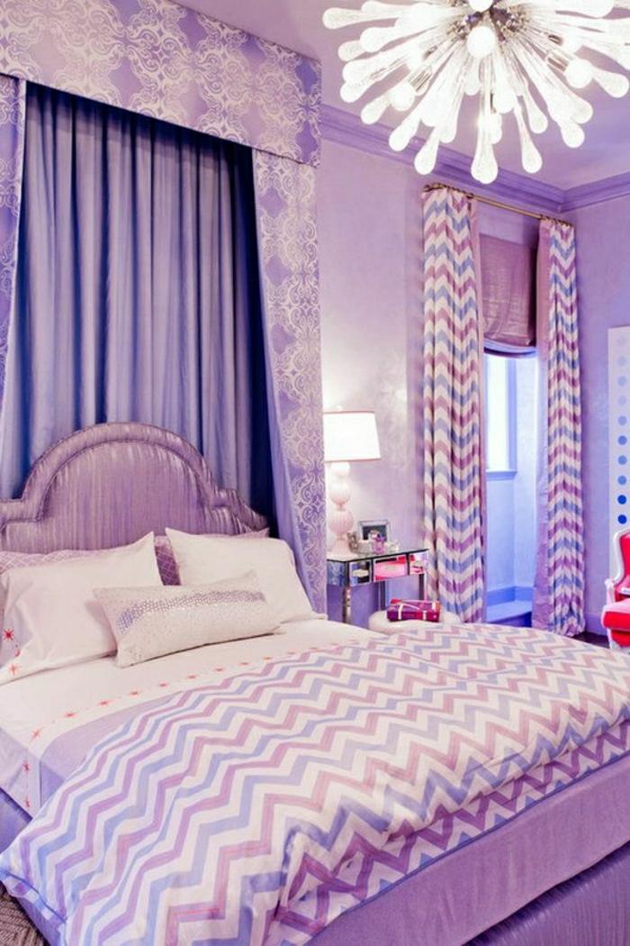 lila-Schlafzimmer-Bettwäsche-Gardinen-gleiches-Muster-Kronleuchter-interessantes-Design