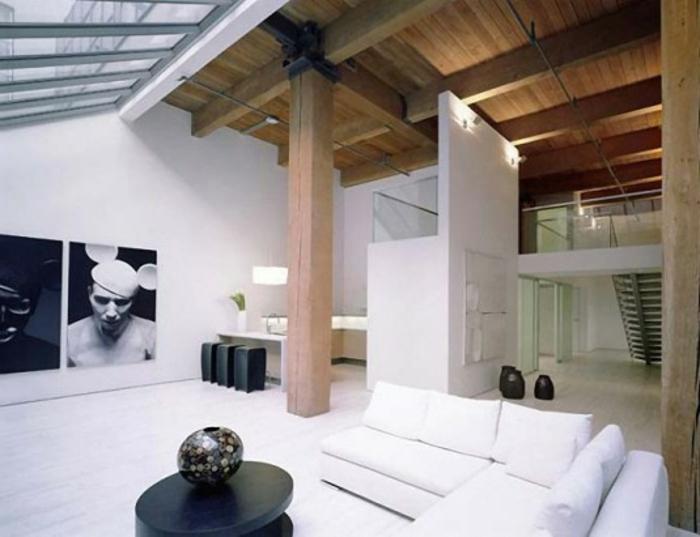 loft einrichtung offener wohnbereich schwarze treppe