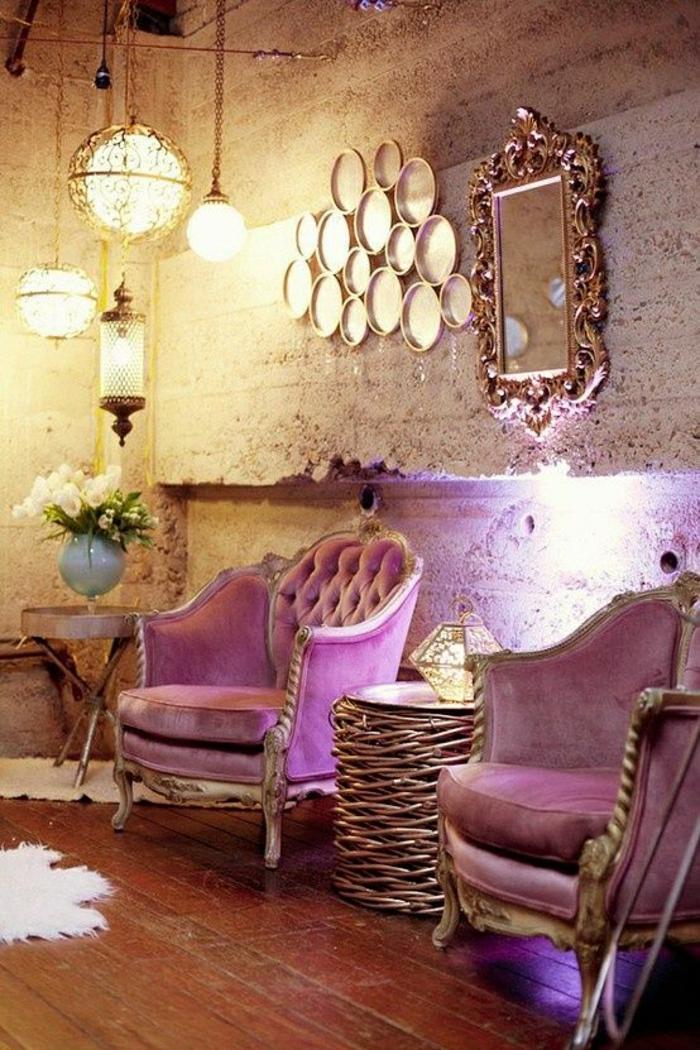 luxuriöse-Gestaltung-aristokratische-lila-Sessel-Spiegel-Kronleuchter-Wanddekoration-goldene-Ornamente