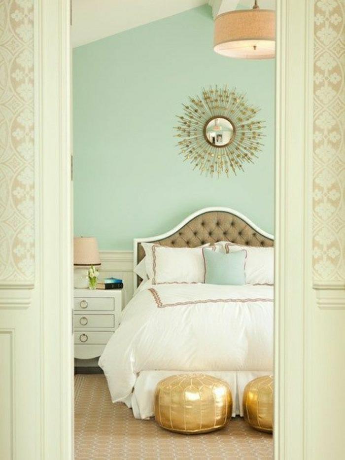 luxuriöses-Schlafzimmer-elegant-Wanddekoration-goldene-Ornamente