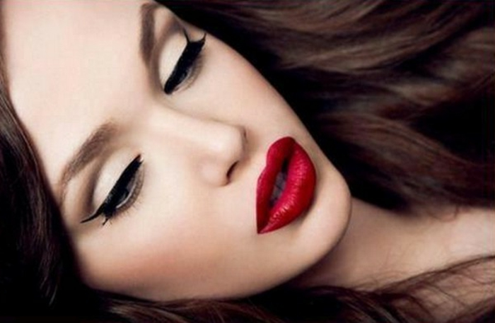make-up-für-helle-haut-große-rote-lippen