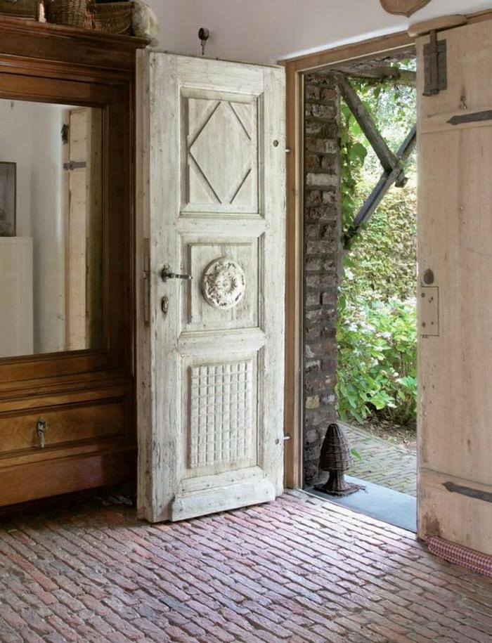 massive-Haustür-vintage-weiß-Ziegelboden-aristokratisch
