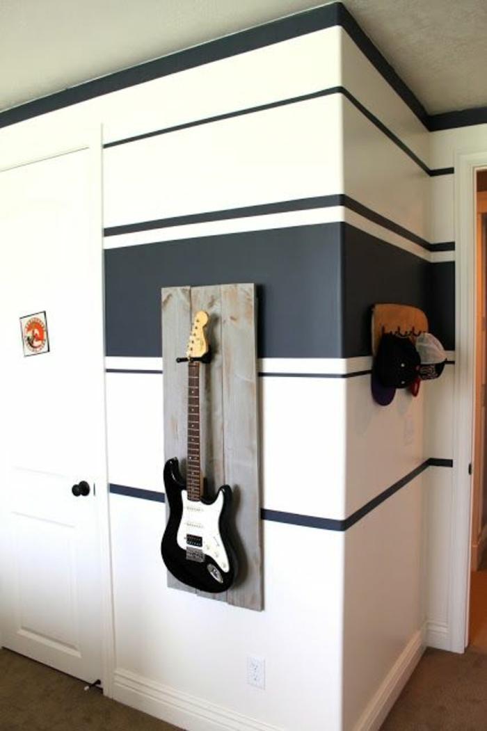 moderne-Wohnung-gehängte-Gitarre-schwarz-weiß