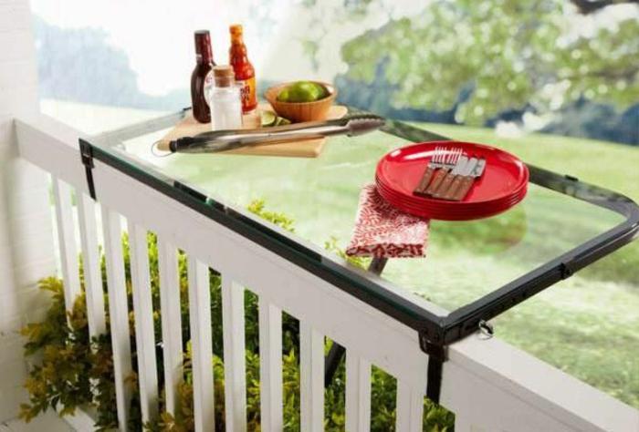 platzsparende-möbel-kleiner-tisch-auf-dem-balkon