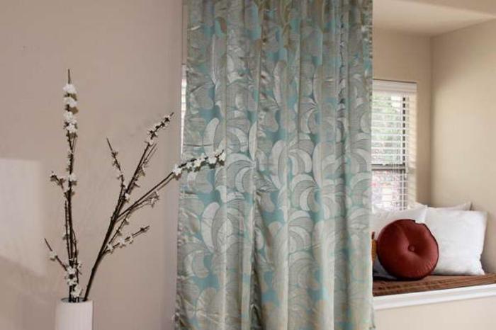 raumtrenner-vorhang-blaues-modell-neben-dekorativen-zweigen