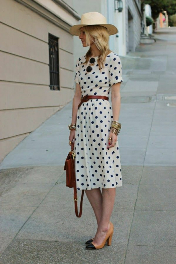 retro-Vision-Polka-Dots-Kleid-Schuhe-mit-Absatz-Sommerhut-Damen-Gürtel-goldene-Armbänder-retro-Sonnenbrille