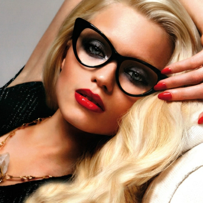 retro-brillen-schöne-blonde-frau