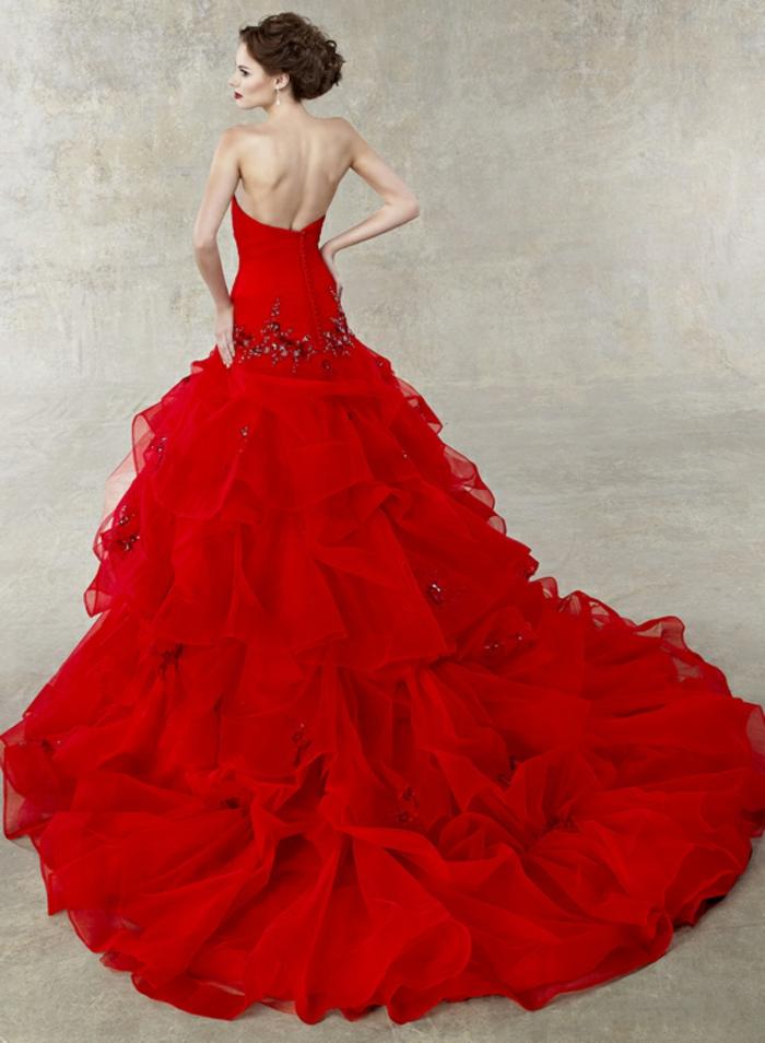 rotes-kleid-üppiges-modell