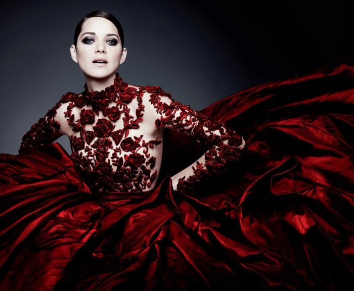 rotes-kleid-elegantes-aussehen-sehr-schick