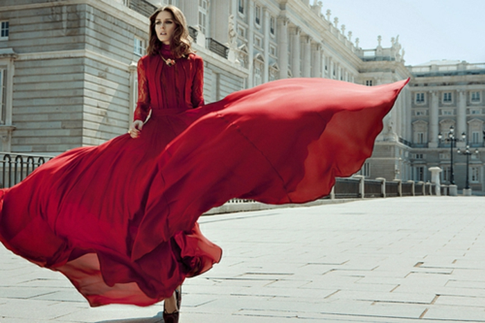 rotes-kleid-interessantes-aussehen-tolles-modell