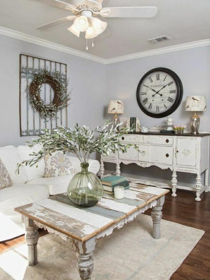rustikale-Gestaltung-Wohnzimmer-weiß-Wanddekoration-Kranz