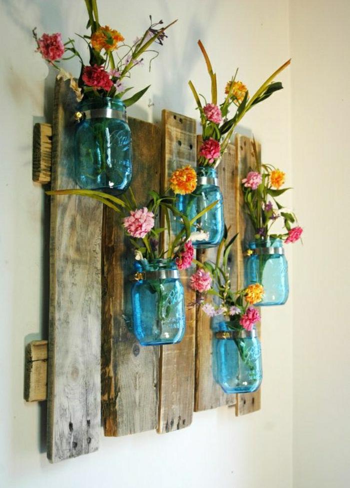 rustikale-Wanddekoration-hölzerne-Tafel-Einweckgläser-Blumen