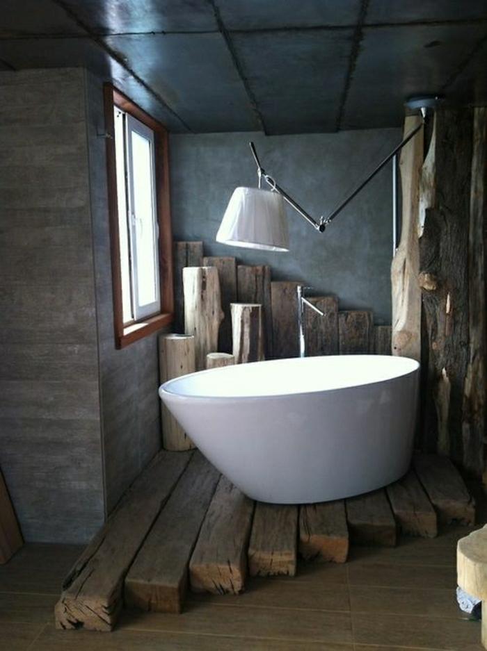 rustikales-Badezimmer-Badewanne-Balken-Klapplampe