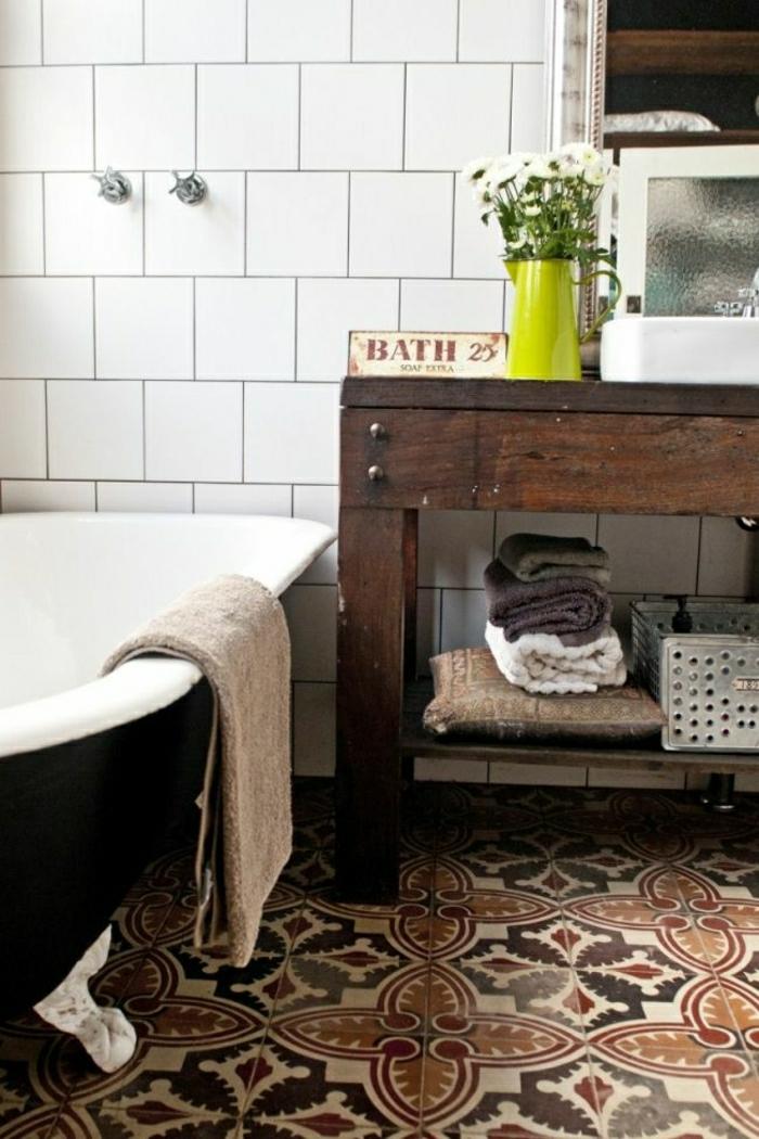 rustikale-Möbel-Badezimmer-Badewanne-hölzerne-Konsole-Tücher-Vase-Gänseblumen-Fliesen