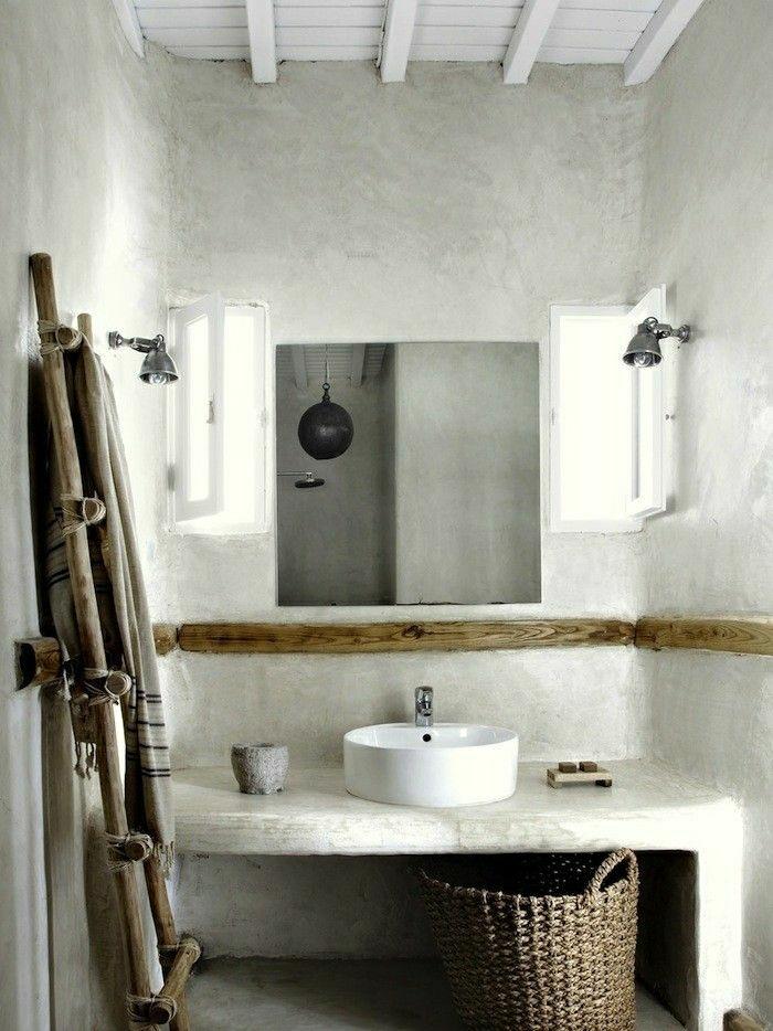 rustikales-Badezimmer-teinwände.Tischplatte-Waschbecken-Rattankorb-Fenster