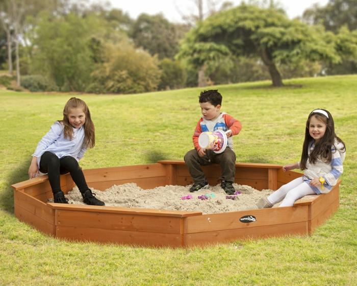 sandkasten-aus-holz-drei-kinder-spielen