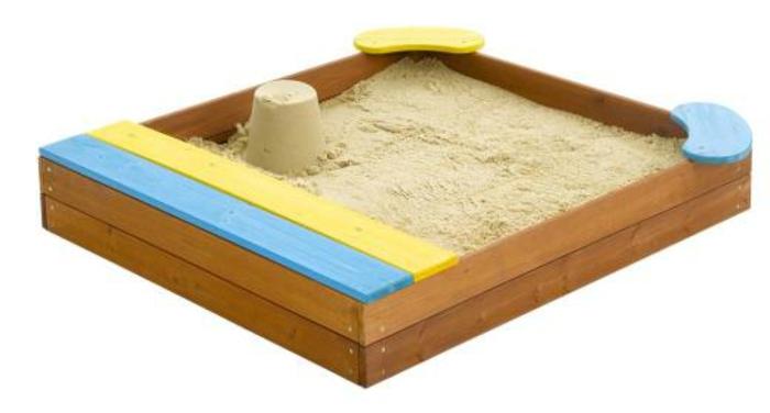 sandkasten-aus-holz-hintergrund-in-weiß