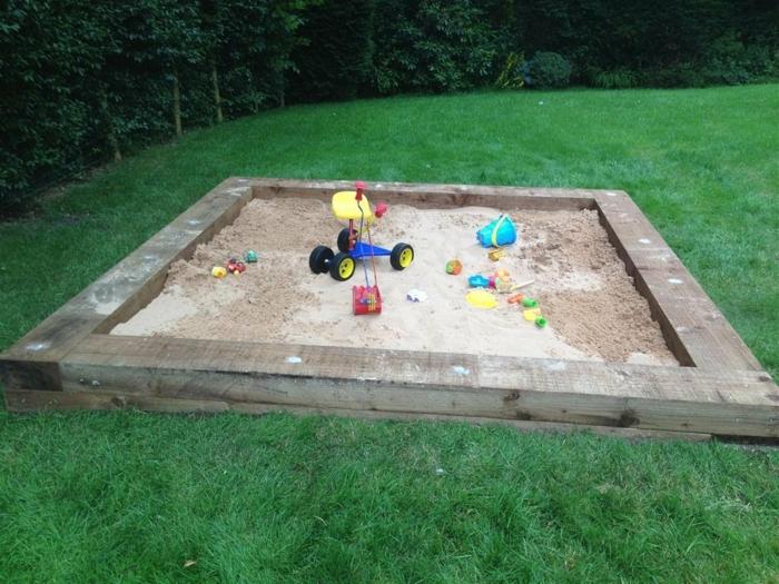 sandkasten-aus-holz-modell-mit-vier-ecken-keine-kinder-auf-dem-photo