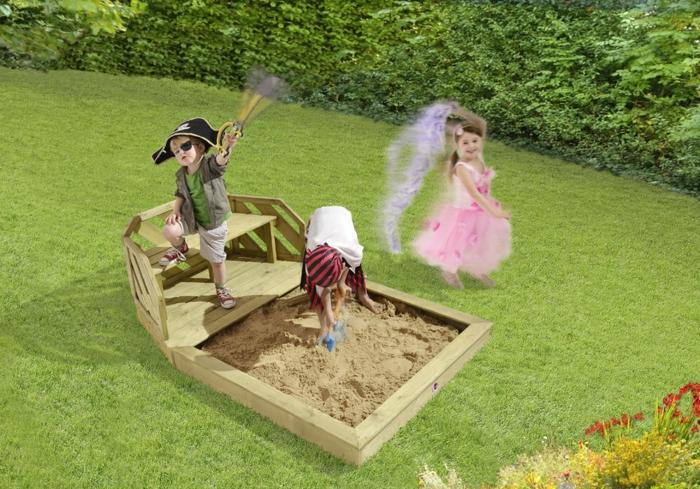 sandkasten-aus-holz-piraten-spielen-zwei-jungen-ein-mädchen