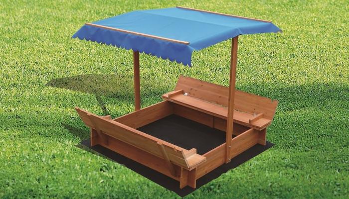 sandkasten-aus-holz-praktische-überdachung