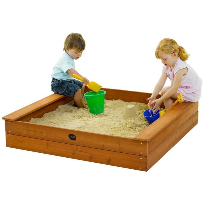 sandkasten-aus-holz-zwei-kinder-weißer-hintergrund