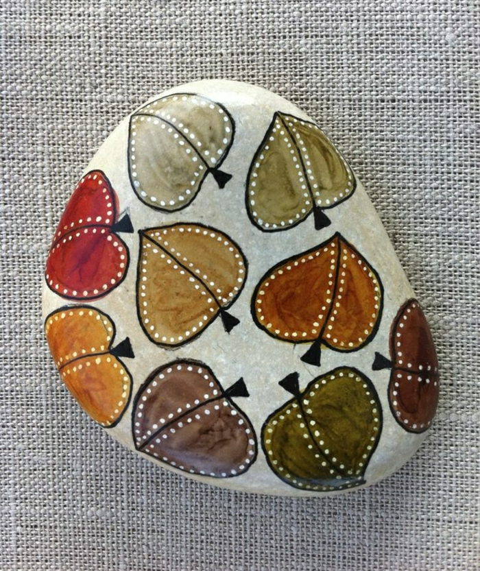 schön-dekorierter-Stein-Herbstblätter-verschiedene-warme-Farben-handgemalt