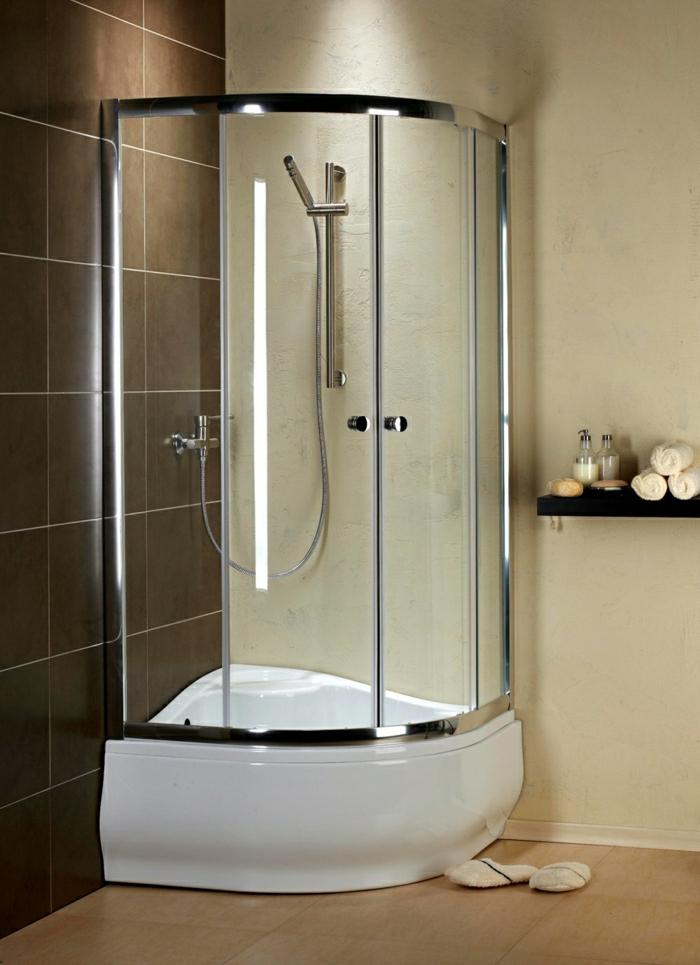 schöne-Duschkabine-elegant-braune-Fliesen-beige-Wand-Tücher-Steine-Kosmetik