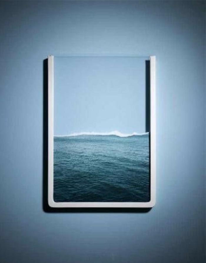 schöne-bilderrahmen-blaue-wand-dahinter