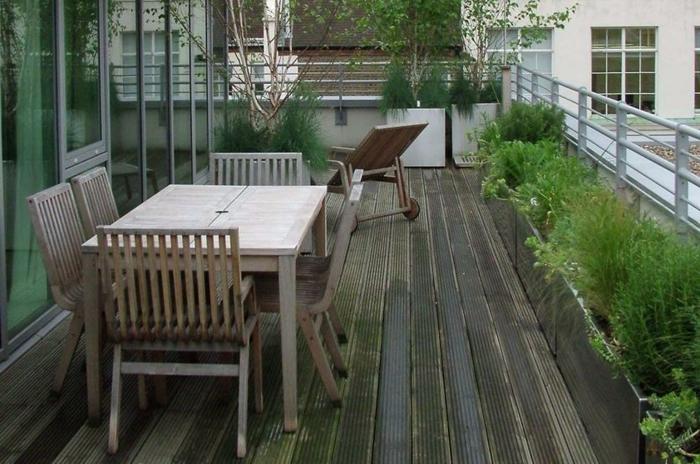 schöne-terrassen-grünes-gras-umgebung