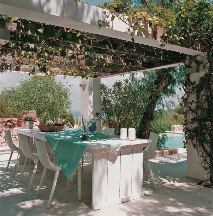 schöne-terrassen-interessanter-weißer-tisch