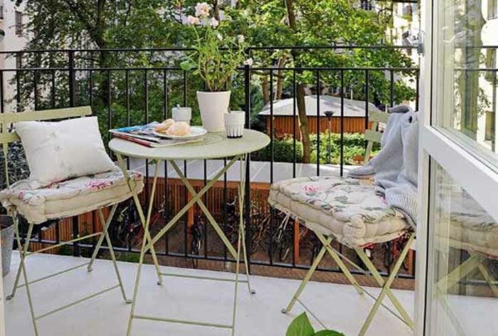 schöne-terrassen-interessantes-aussehen-weiße-stühle