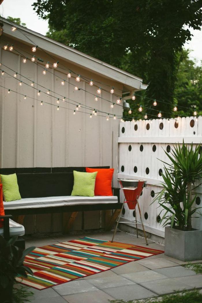 schöne-terrassen-kissen-auf-dem-sofa