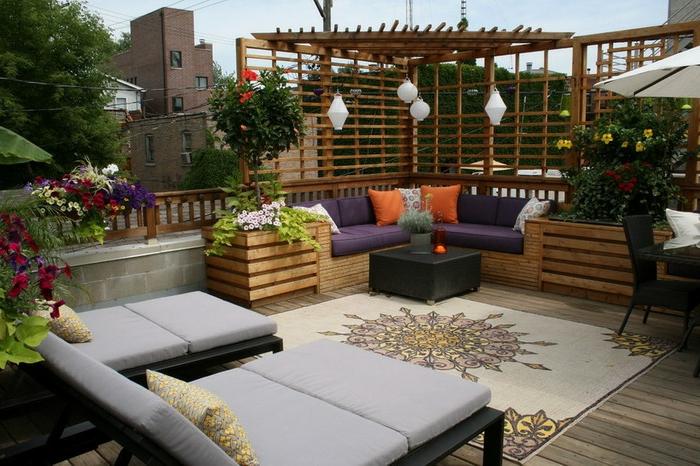 schöne-terrassen-moderne-liegestühle