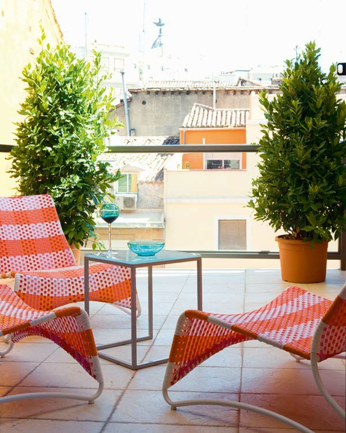schöne-terrassen-rote-liegestühle