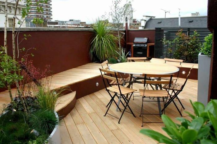 schöne-terrassen-runder-hölzerner-tisch