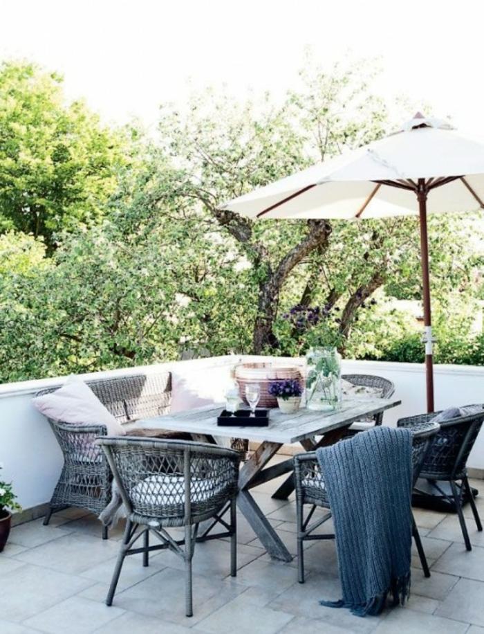 schöne-terrassen-sofa-dekokissen-sonnenschirm