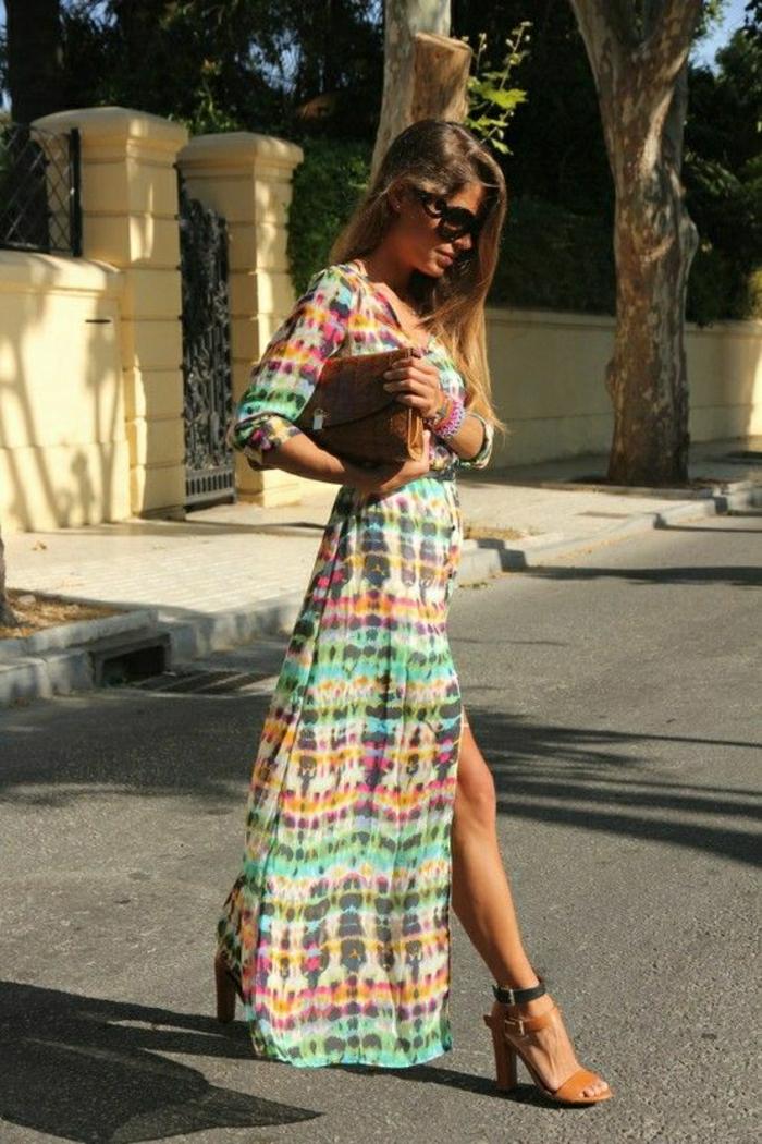 schönes-Modell-langes-Sommerkleid-bunt
